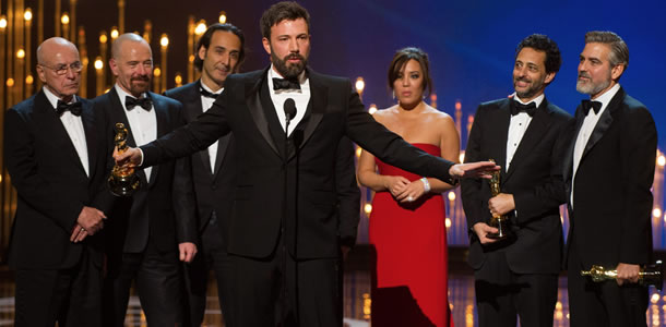 Alan Arkin, Bryan Cranston, Alexandre Desplat, Ben Affleck, Grant Heslov, and George Clooney accept the Oscar for Best Picture