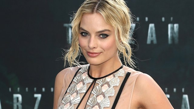 Margot Robbie Crowned for Mary Queen of Scots