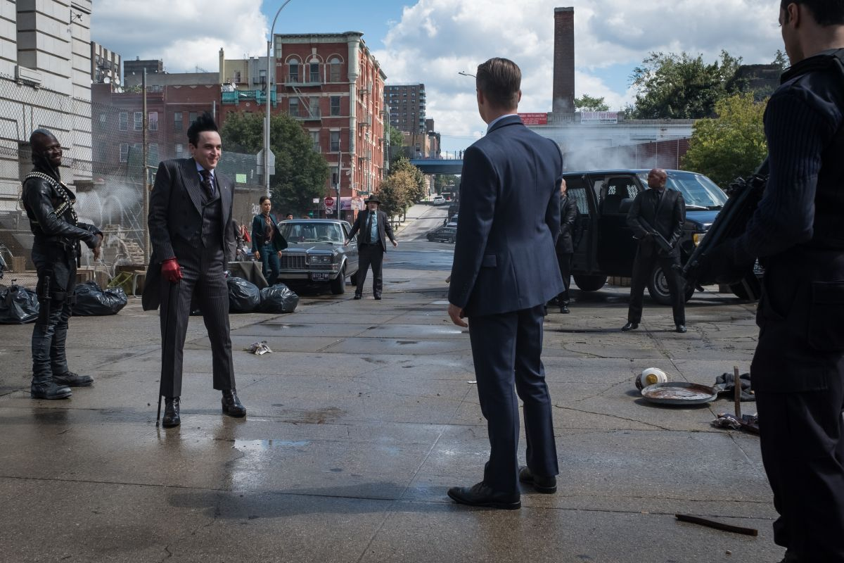 """GOTHAM: L-R: Robin Lord Taylor and Ben McKenzie in the """"A Dark Knight: A Day in the Narrows"""" episode of GOTHAM airing Thursday, Nov. 2 (8:00-9:01 PM ET/PT) on FOX. ©2017 Fox Broadcasting Co. Cr: Jeff Neumann/FOX"""