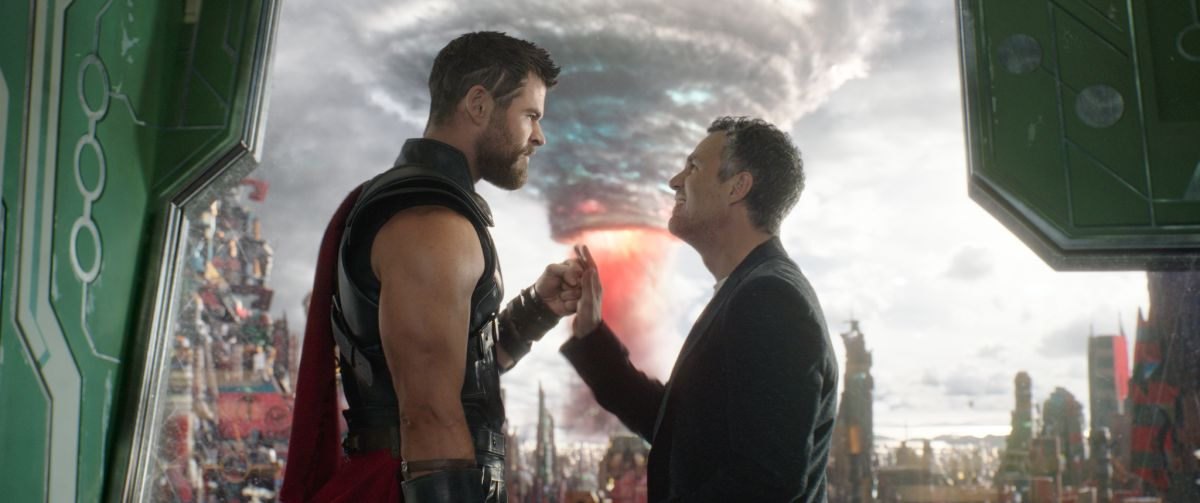 Marvel Studios' THOR: RAGNAROKL to R: Thor (Chris Hemsworth) and Bruce Banner/Hulk (Mark Ruffalo)Ph: Film Frame©Marvel Studios 2017